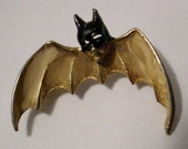 COLLECTIBLE VINTAGE BATMAN GOLDTONE ENAMEL PIN