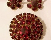 VINTAGE RED GARNET \/ RUBY RHINESTONE PIN AND EARRINGS PRONG SET