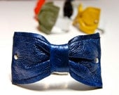Bow cuff in blue leather
