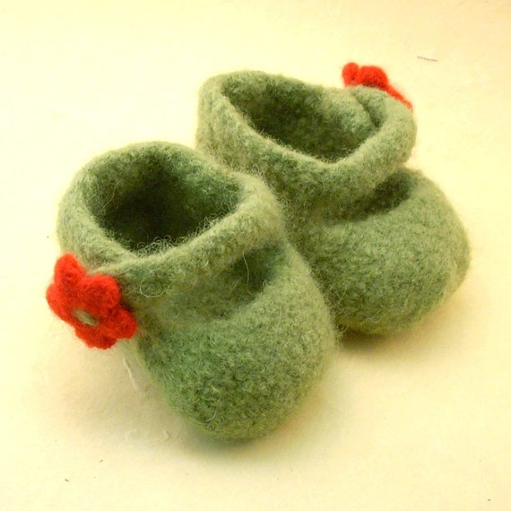 felted mary jane baby shoes leaf/poppy flora by thecleverkitty