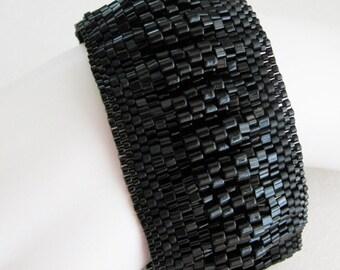 Smocked Peyote Bangle in Black (2521) - A Sand Fibers Creation