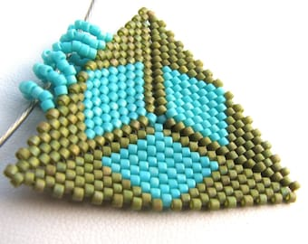 Turquoise Diamonds on a Field of Green Peyote Triangle Choker (2376) - A Sand Fibers Made-to-Order Creation