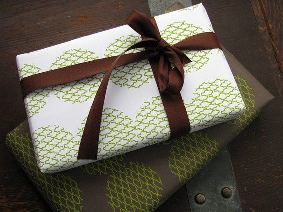 Jigsaw Bead giftwrap - split pea\/white