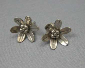 Petite Daisy earrings post