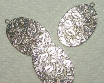 Embossed Oval Pendant In Silver 4 Pieces