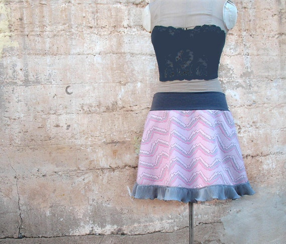 ROSY MOUNTAINS womens mini skirt -  Pink and Gray Zig Zag chevron pattern - Large OOAK vintage 1970s fabric pastel fashion -  1980s colors