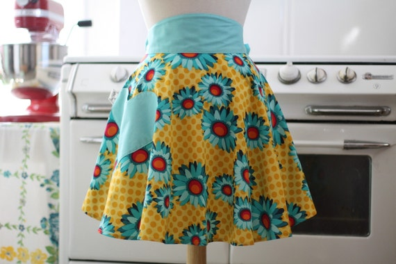 The SOPHIA Vintage Inspired Yellow Pop Daisy Half Apron