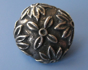 Handcast Pewter Daisy Button