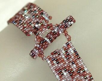 Vino ... Peyote Bracelet . Wine Colored . Burgundy . Maroon . Crystal . Narrow . Shiny . Gorgeous . Simple . Modern . Elegant . Chic