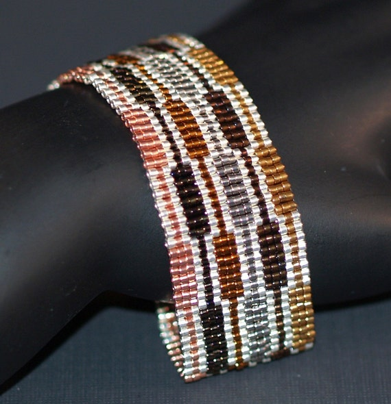 Staccato ... Peyote Bracelet . Narrow Cuff . Metallic . Geometric . Silver . Copper . Bronze . Evening Wear . Modern . Shiny . Shimmer