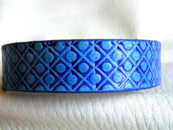 Blue dot and lattice cuff