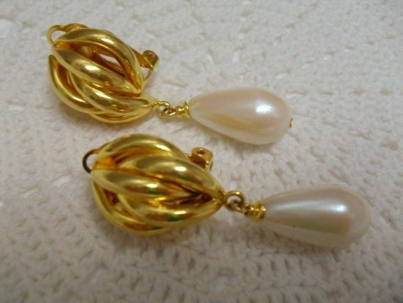 Vintage Palest  Pink Large Pearl Tear Drop Earrings . Clip on . E39
