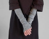 grey fingerless gloves\/armwarmers
