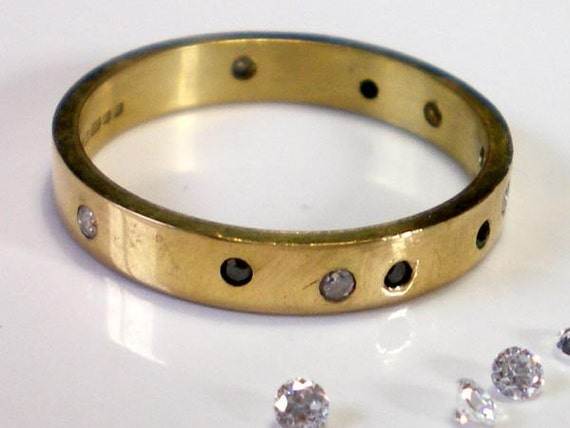 Day and Night 18K yellow gold band and diamonds - wedding ring