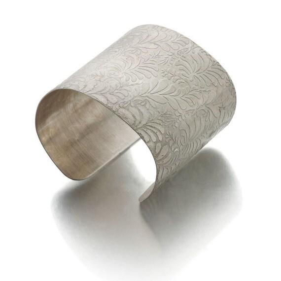 bracelet manchette grave en argent massif motif floral. Black Bedroom Furniture Sets. Home Design Ideas