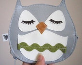Chewy the Owl Cute Vintage Inspired Grey Vinyl Coin Zipper Purse