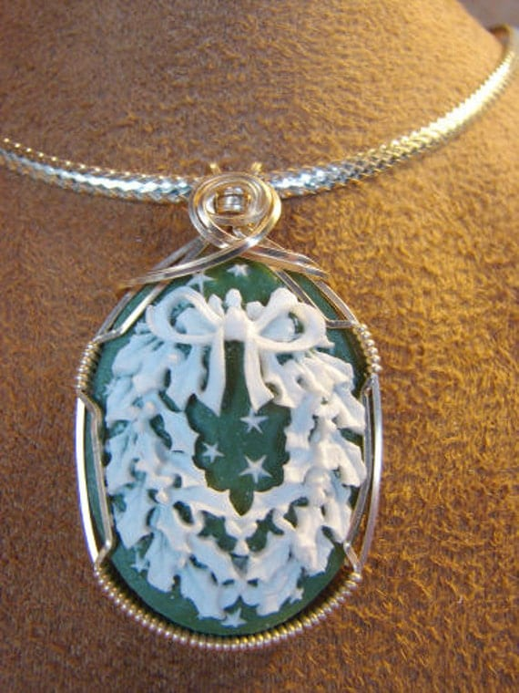Green Christmas Wreath Resin 14K Rolled Gold Cameo Pendant