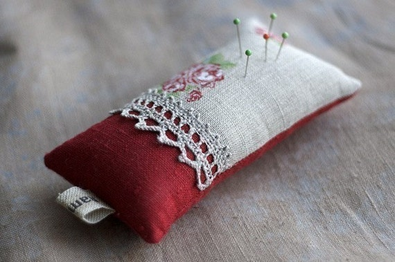 Linen lace pincushion. Roses