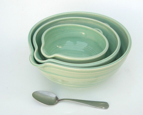 Nesting mixing bowls in green.