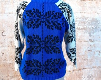 1970s Fashion Vintage Snowflake SWEATER Tunic  - Baseball shirt style - womens vintage sweater blue white black snowflakes 70s vintage tunic