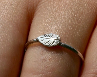 Delicate ring made in sterling silver featuring a single leaf by zulasurfing