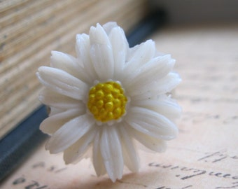 White Daisy Ring - Adjustable Flower Ring - Vintage Plastic Cabochon