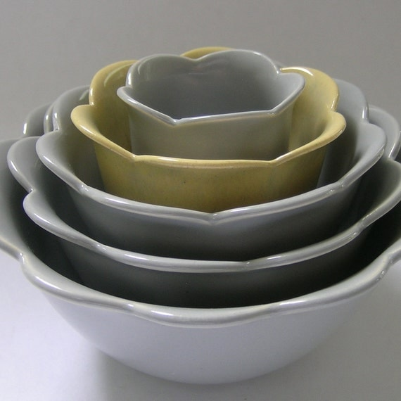 Nesting Scalloped Ceramic Bowls in Grey and Yellow