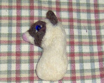 Siamese cat felted pin