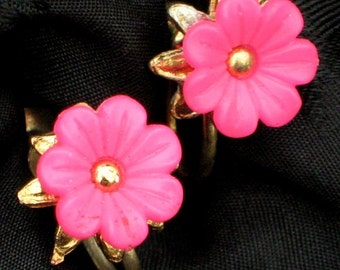 Pink Hot Vintage Earrings Fuchsia Flower Power Carved Molded Plastic Pin Up Cheesecake Mid Century Hollywood 50s SB Clips Bloomers Unique