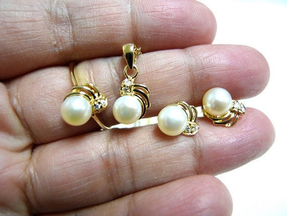White Cultured pearl jewelry set . ring size 8 to 8.5
