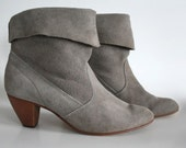 size 8/8.5 grey suede pull on mid height pirate boots. 70s 80s short heeled cuff booties.