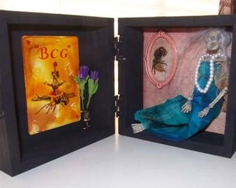 AlteRed aRt GrAvE ReMaiNs QuEEN bEE in a BoX OOAK