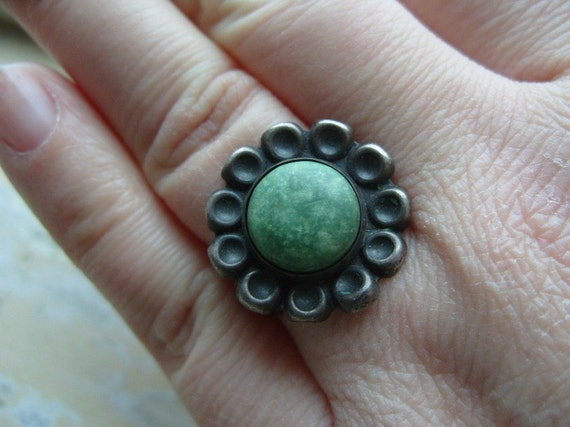 FREE SHIPPING Vintage Ring Silvertone with Green Center Agate Stone