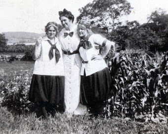 Mother and Her Two Twin 18 yr old Girls in Cornfield 1914 vintage photo