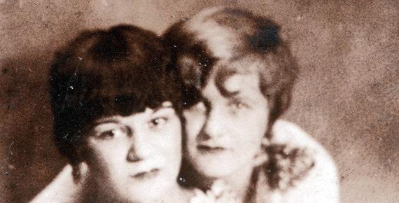 vintage photo flapper era spit curl women friends gem miniature