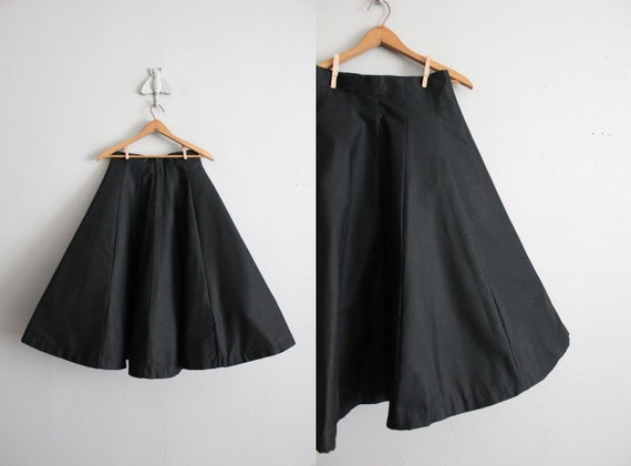 final sale item / 1950s vintage black stiffened circle skirt