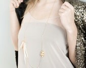 Murmures en novembre - Classic Feather Necklace with Fresh Water Light Pink Pearls and Gold-plated Shell Charms