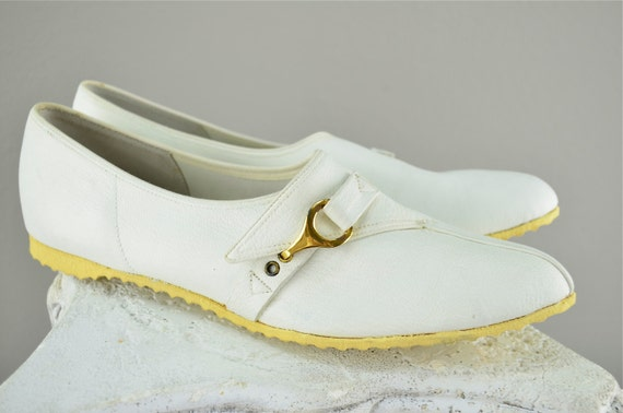 1960s white flats size 7 casual tennis shoes sporty pointed toe retro mod tennies buckle