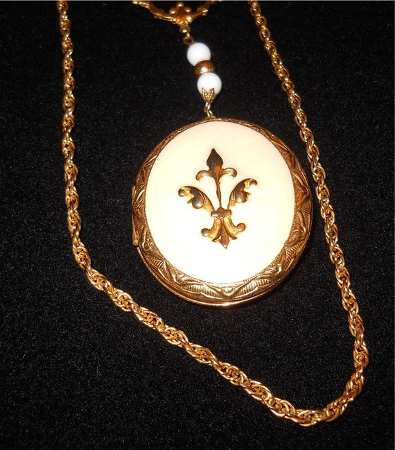 Fluer De Lis locket necklace marked ART from40s to 60s