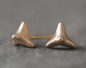 Tiny Thorny Pyramid Stud Earrings in 14K Gold