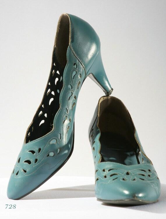 Vintage SCALLOPED EYELET smokey blue pumps, Clarks,  size 7 1\/2, EUR 37.5