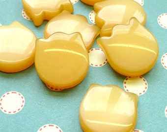 12 Vintage Plastic Cabochons Creamy Butterscotch Tulip Lucite Cabs (5-6F-12)