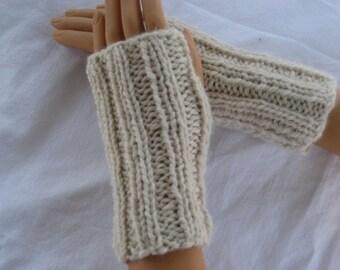 Kiwi and Company's Hand-Knit Short Wrist Gloves Pattern PDF - EASY