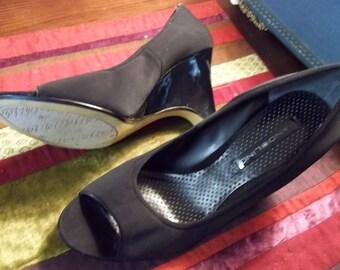 Flirty BANDOLINO Vintage Inspired Wedge Peep Toe Shoes - Size 9M