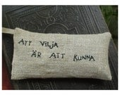 Lavender sachet in linen with embroidered Swedish text 'Att vilja är att kunna'