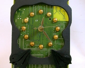 Recycled CIRCUIT BOARD CLOCK Funky Geek Frog for Desk