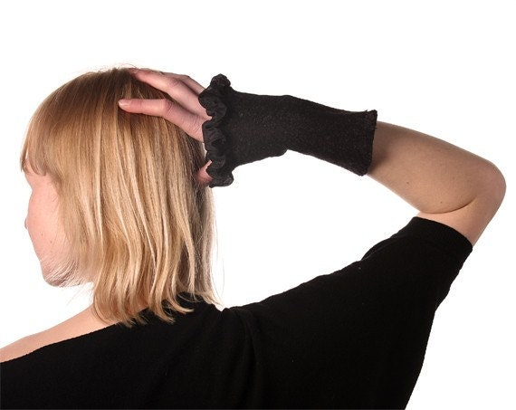 Fingerless gloves with ruffle - Black Arm Warmers - Nuno Felted