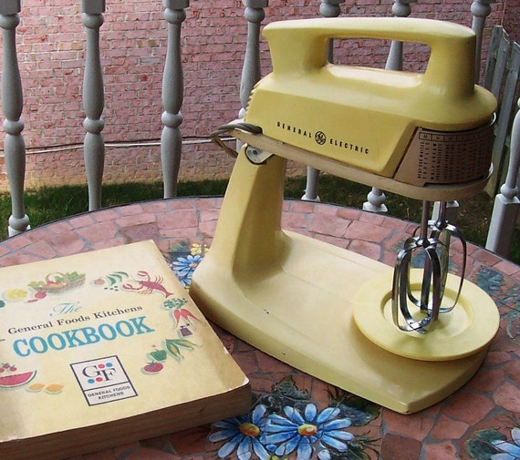 Vintage electric stand mixer general electric harvest gold for Antique general electric mixer