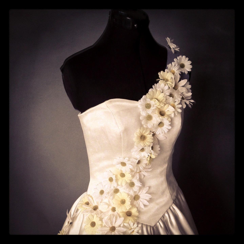 Spring Daisy Bouquet Wedding Dress