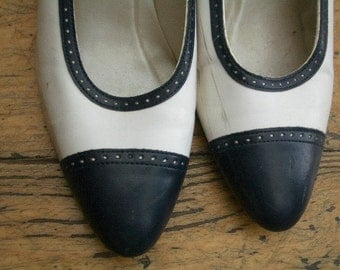 to CLEAR Vintage 70's Spectator Shoes Navy and white size 8 high heels mid heels, Pumps Court